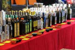 Olijfolie in flessen op de teller van straatmarkt Utrecht, t Royalty-vrije Stock Fotografie