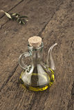 Olijfolie in glaskruik Royalty-vrije Stock Foto's