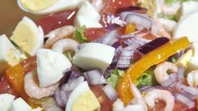 Olijfolie het gieten over gemengde salade Gezonde voedsel dichte omhooggaand stock videobeelden
