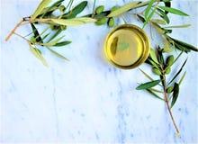 Olijfolie met een tak van groene olijven op marmeren achtergrond royalty-vrije stock afbeeldingen