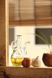 Olijfolie met knoflook en ui Stock Foto