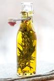 Olijfolie met kruiden Stock Fotografie