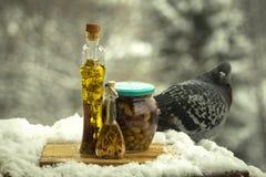 Olijfolie met kruiden en aromatische kruiden, en een kruik van olijven royalty-vrije stock fotografie