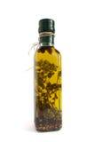 Olijfolie met kruiden en kruiden royalty-vrije stock afbeelding