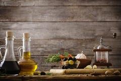olijfolie met kruiden op smaak dat wordt gebracht dat Royalty-vrije Stock Afbeelding