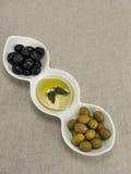 Olijfolie met olijven Stock Afbeeldingen