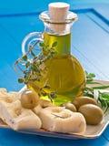 Olijfolie met olijven en kruiden stock afbeelding
