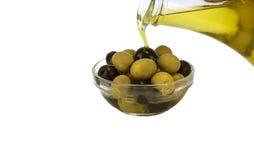 Olijfolie met olijven op witte achtergrond Stock Afbeelding