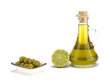 Olijfolie met olijven op witte achtergrond worden geïsoleerd die Royalty-vrije Stock Afbeeldingen