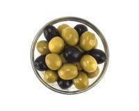 Olijfolie met olijven op witte achtergrond worden geïsoleerd die Royalty-vrije Stock Fotografie