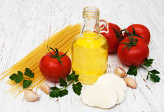 Olijfolie, mozarellakaas, spaghetti, knoflook en tomaten Stock Foto's