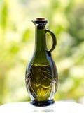 Olijfolie in olijf in reliëf gemaakte fles Stock Afbeeldingen