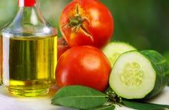 Olijfolie, tomaat, komkommer stock afbeeldingen