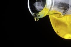 Olijfoliedaling van een fles Royalty-vrije Stock Afbeeldingen