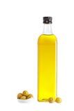 Olijfoliefles en sommige olijven stock afbeeldingen