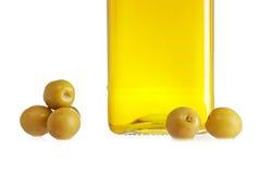 Olijfoliefles en sommige olijven stock fotografie