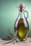Olijfoliefles met groene schijnwerperachtergrond Stock Fotografie