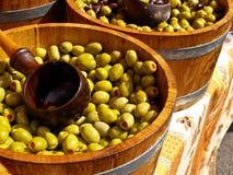 Olijven in barrells klaar te verkopen. Stock Fotografie