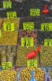 Olijven in de straatmarkt in Istanboel royalty-vrije stock afbeelding