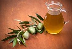 Olijven en een fles olijfolie royalty-vrije stock afbeeldingen