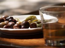 Olijven en glas wijn stock afbeeldingen