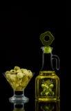 Olijven en olie in een glascontainer Royalty-vrije Stock Fotografie