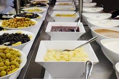Olijven en sausen op het buffet stock afbeeldingen
