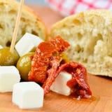 Olijven, feta-kaas en in de zon gedroogde tomaten Royalty-vrije Stock Foto's