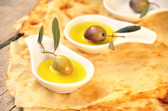 Olijven met extra maagdelijke olijfolie Royalty-vrije Stock Fotografie