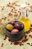 Olijven met olijfolie Stock Afbeelding