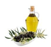 Olijven, olie en een tak van een olijfboom. Royalty-vrije Stock Afbeelding