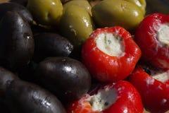 Olijven verschillende kleuren en gevulde peper Royalty-vrije Stock Foto's