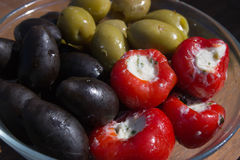 Olijven verschillende kleuren en gevulde peper Royalty-vrije Stock Afbeeldingen