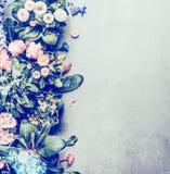 Olik blommakruka för att plantera eller att arbeta i trädgården på konkret bakgrund, bästa sikt Royaltyfri Bild