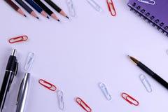 Olik brevpapper i en färgintrig på en ljus pappers- purpurfärgad bakgrund royaltyfri fotografi