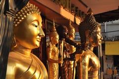 Olik Buddha mässingsgrupp Arkivbilder