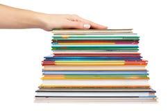 Olik colorfull bokar i bunt med handen som isoleras på vit bakgrund Royaltyfri Fotografi