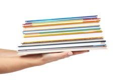Olik colorfull bokar i bunt med handen som isoleras på vit bakgrund Arkivbild