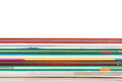 Olik colorfull bokar i bunten som isoleras på vit bakgrund, kopieringsutrymme Arkivfoton