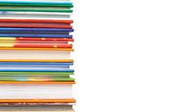 Olik colorfull bokar i bunten som isoleras på vit bakgrund, kopieringsutrymme Arkivfoto