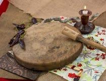Olik djembes och tamburin framme av en lantlig vägg Arkivfoto
