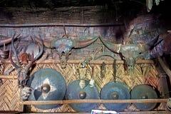 Olik djur skallar och arsenal, garnering för longhouse, Longwa, Nagaland, Indien royaltyfri fotografi