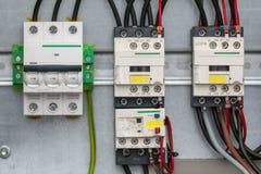 Olik elektrisk detalj - transistorer eller motstånd - elektronisk utrustning för säkerhet Arkivfoto