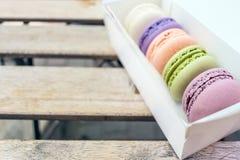 Olik fransk makronkaka i pastellfärgade färger Fem macaroons arkivbilder