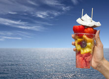 Olik frukt i exponeringsglaset royaltyfri bild