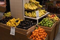 Olik frukt på skärm som är till salu i Köpenhamnen Danmark royaltyfria bilder