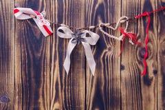 olik garnering som hänger på ett rep på en träbakgrund Royaltyfri Fotografi