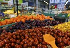 Olik grönsaker och frukt på en räknare i supermarket, DOF arkivfoto