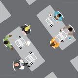 Olik grupp av affärsmän och kvinnor i öppet plankontorsutrymme Arkivbild