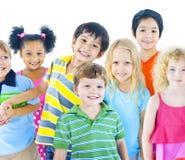 Olik grupp av att le för barn Arkivfoton